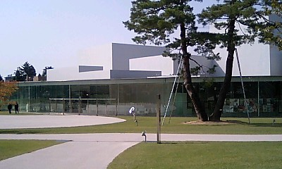 21世紀美術館_ガラス張りの美しい建物
