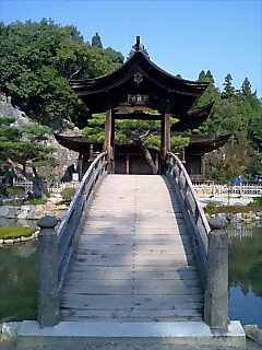 橋の向こうに見えるのが観音堂(水月堂)