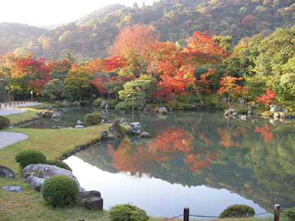 曹源池に映る紅葉