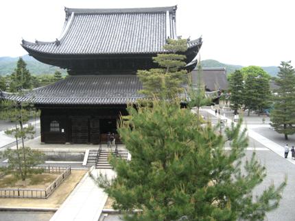 妙心寺三門よりのぞむ仏殿