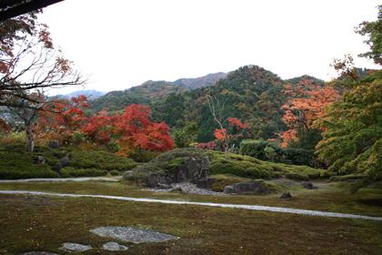 山々を借景した美しい庭