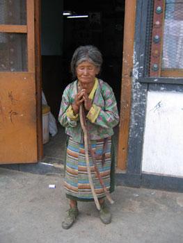 写真を御願いすると、手を合わせてポーズをとってくれたおばあさん