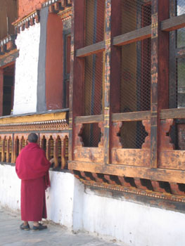マニ車をまわす僧侶