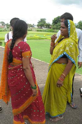 おしゃべりするインド人