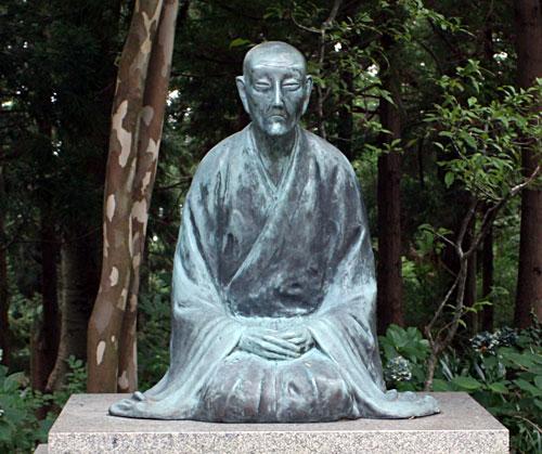国上寺境内にある良寛像